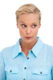 Attraktives blondes, etwas betrachtend Stockfoto
