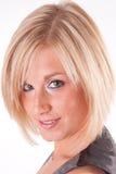 Attraktives blondes Frauenabschlußportrait Lizenzfreie Stockbilder