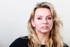 Attraktives blondes Frauenportrait Lizenzfreies Stockfoto
