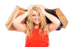 Attraktives blondes glückliches Fraueneinkaufen Lizenzfreie Stockbilder
