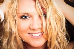 Attraktives blondes glückliches Frauengesicht Lizenzfreie Stockfotografie