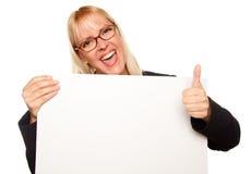 Attraktives blondes Holding-Leerzeichen-Zeichen Stockfoto