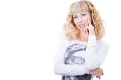 Attraktives blondes lächelndes Frauendenken Lizenzfreies Stockbild