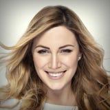 Attraktives blondes lächelndes Frauenportrait Lizenzfreie Stockbilder