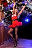 Attraktives blondes Mädchen, das als sexy Santa Helper aufwirft Lizenzfreie Stockfotografie