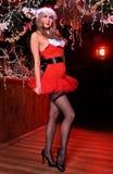 Attraktives blondes Mädchen, das als sexy Santa Helper aufwirft Lizenzfreie Stockfotos