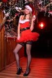 Attraktives blondes Mädchen, das als sexy Santa Helper aufwirft Stockbilder