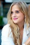 Attraktives blondes Mädchen im Freien Lizenzfreie Stockbilder