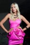 Attraktives blondes Mädchen im Rosa Stockfotografie