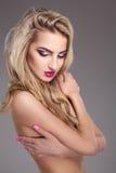 Attraktives blondes Mädchen mit bilden auf grauem Hintergrund Stockfotografie