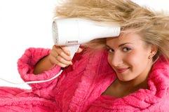 Attraktives blondes Mädchen mit einem Trockner Lizenzfreies Stockbild