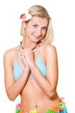 Attraktives blondes Mädchen mit einer weißen exotischen Blume in ihrem Haar Stockbilder