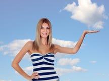 Attraktives blondes Mädchen mit ihrer Hand verlängert Stockfotografie