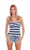 Attraktives blondes Mädchen mit kurzen Jeans Stockfoto