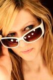 Attraktives blondes Mädchen mit Sonnenbrillen Stockfotografie