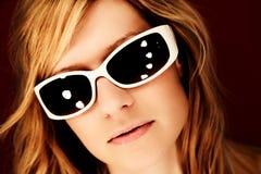 Attraktives blondes Mädchen mit Sonnenbrillen Stockfotos