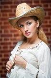 Attraktives blondes Mädchen mit Strohhut und weißer Bluse Stockfotos