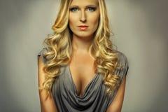 Attraktives blondes Mädchenportrait Lizenzfreie Stockbilder