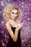 Attraktives blondes mit einem rosa Martini im Nachtclub Stockfotos