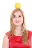 Attraktives blondes mit gelbem Apfel auf dem Kopf Lizenzfreie Stockfotografie