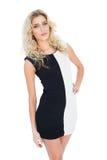 Attraktives blondes Modell, das an der Kamera aufwirft Lizenzfreies Stockfoto