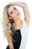 Attraktives blondes Modell, das ihren Kopf kippt Lizenzfreie Stockfotografie