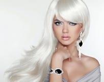 Attraktives blondes Porträt der Schönheit Weißes langes Haar Art und Weisemädchen Stockbilder