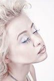Attraktives blondes Schönheitsportrait mit geschlossenen Augen Stockfotos