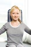 Attraktives blondes Trainieren in der Gymnastik Lizenzfreies Stockfoto