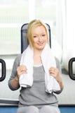 Attraktives blondes Trainieren in der Gymnastik Stockbild
