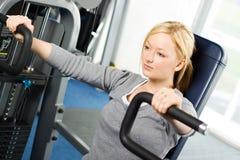 Attraktives blondes Trainieren in der Gymnastik Stockfotografie
