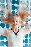 Attraktives blondes vorbildliches Mädchen am Schönheitssalon Lizenzfreies Stockbild