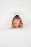 Attraktives blondes weibliches balled-up in einem Duvet lizenzfreie stockbilder