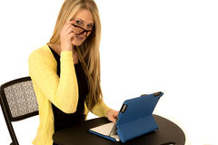 Attraktives blondes weibliches Blicken über Gläsern beim Sitzen an d Stockbild