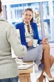 Attraktives Büromädchen auf Kaffeepause Stockfotografie