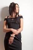 Attraktives Brunettemädchen im Art und Weiseschwarzkleid Stockfotografie