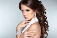 Attraktives Brunettemädchenmodell mit dem langen gewellten anredenden Haar, machen Stockfotos