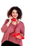 Attraktives curvy Mädchen, das mit einem roten Telefon nennt stockbilder