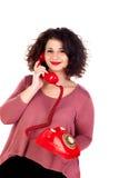 Attraktives curvy Mädchen, das mit einem roten Telefon nennt stockbild