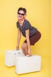 Attraktives dünnes Mädchen bereitet sich für Reise vor stockfotografie