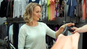 Attraktives Einkaufen der jungen Frau f?r Kleidung stock video