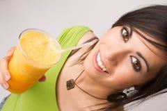 Attraktives Frau Intimate-Porträt, das orange Frucht Smoothi trinkt stockfoto