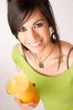 Attraktives Frau Intimate-Porträt, das orange Frucht Smoothie trinkt lizenzfreies stockbild