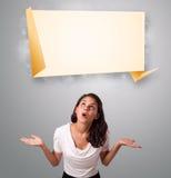 Attraktives Frau lookint moderner Origami-Kopienraum Lizenzfreie Stockfotos