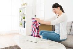 Attraktives Frauenöffnungspaket, das Produkt schaut lizenzfreie stockbilder