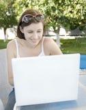Attraktives Fraueneinkaufen online Lizenzfreies Stockfoto