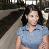 Attraktives Frauenlächeln lizenzfreie stockbilder