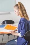 Attraktives Frauenleseportefeuille im Büro Stockfotos
