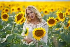 Attraktives Frauenporträt in Sonnenblumen Lizenzfreie Stockfotografie