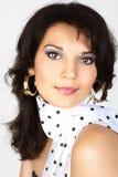 Attraktives Frauenportrait in einem weißen Schal. Stockfoto